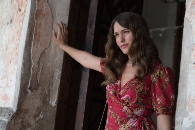 Lola Kirke Talks Mozart In The Jungle, Meeting David Bowie And Going Barefoot At The Golden -3410